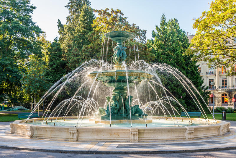 Springbrunnen i den England trädgården parkerar av Genève arkivbilder