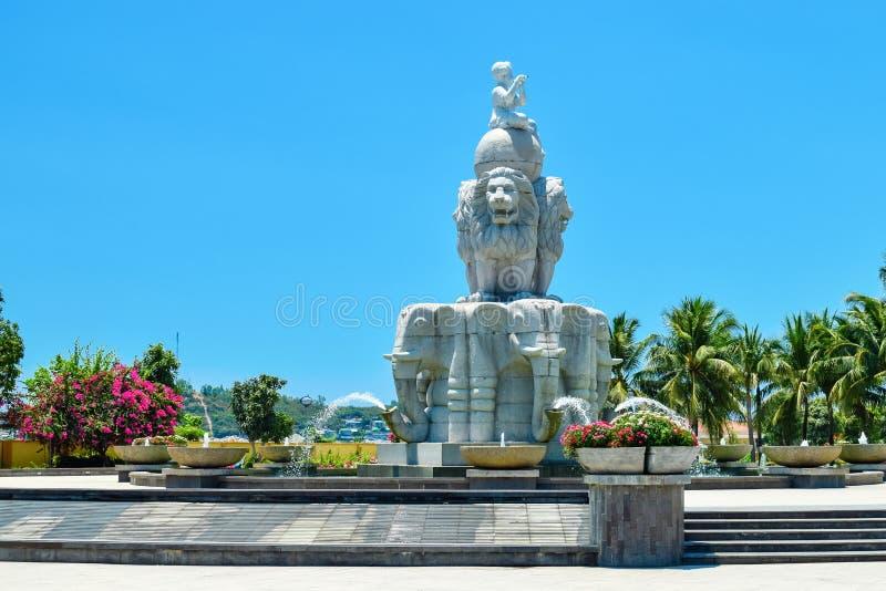 Springbrunnen i form av lejon med elefanter av stenen med blommor i parkerar royaltyfri fotografi