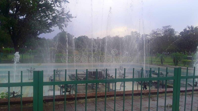Springbrunnen i gr?splanen parkerar arkivbilder