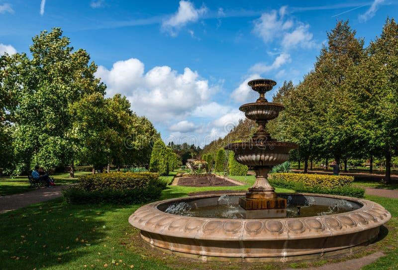Springbrunnen i härskande ` s parkerar arkivbilder