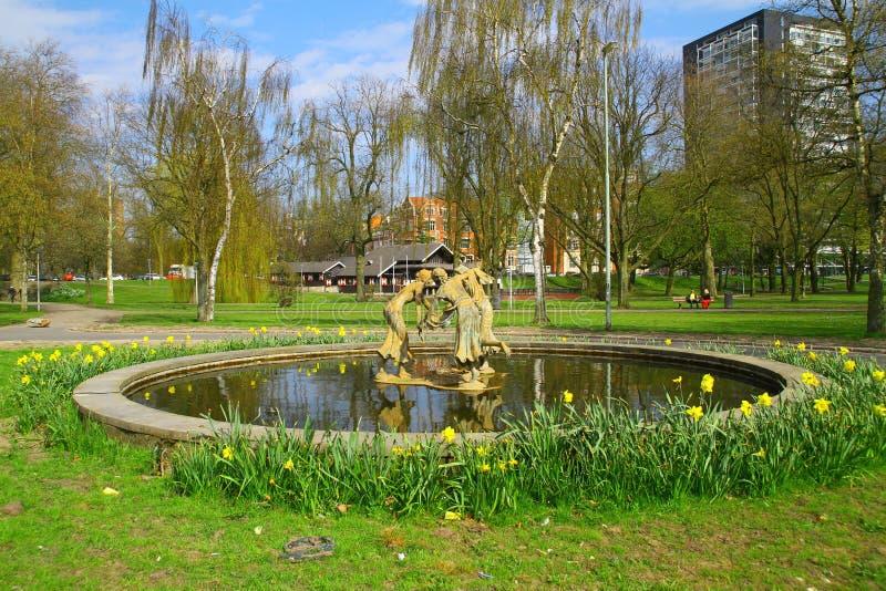 Springbrunnen i parkera royaltyfri foto