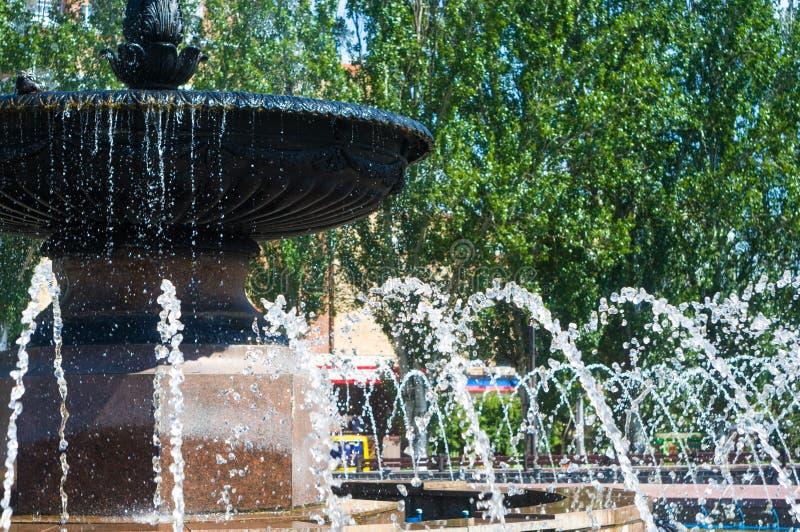 Springbrunnen i stad parkerar på varm sommardag royaltyfri fotografi