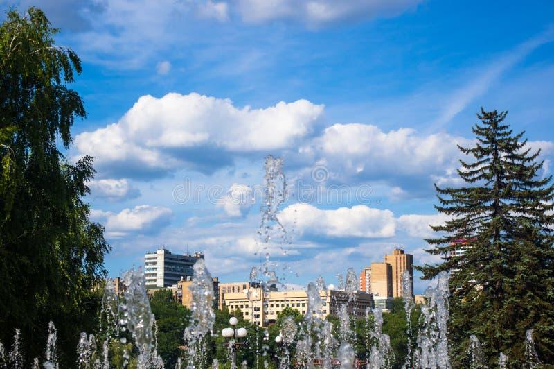 Springbrunnen i stad parkerar p? varm sommardag royaltyfri bild