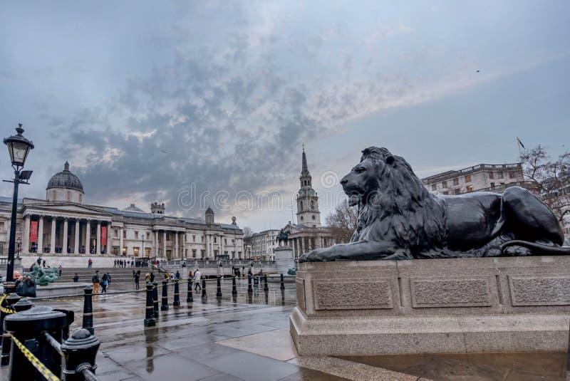 Springbrunnen i Trafalgar Square i London, UK royaltyfria foton