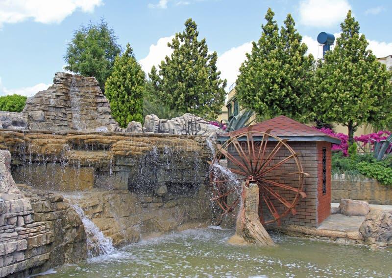 Springbrunnen och hjulet av vatten maler royaltyfri foto