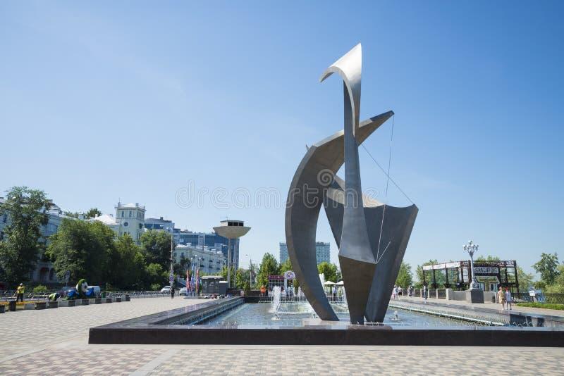 Springbrunnen och skulptur seglar på den Volga River invallningen i Samara Russia På en solig sommardag royaltyfri foto
