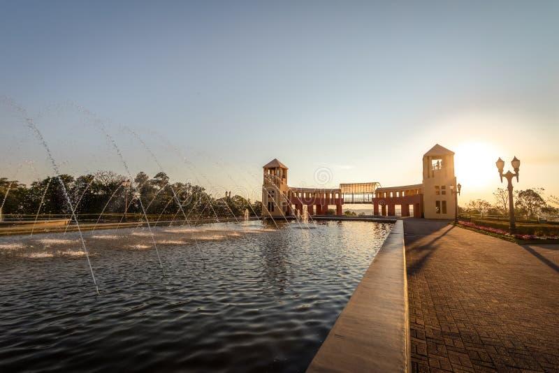 Springbrunnen och synvinkeln på Tangua parkerar - Curitiba, Parana, Brasilien royaltyfri foto