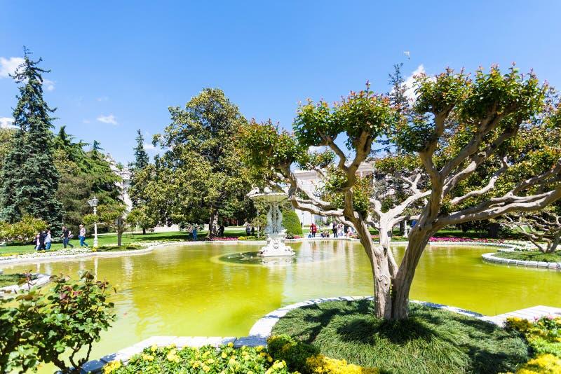 Springbrunnen parkerar in av den Dolmabahce slotten i Istanbul royaltyfri foto