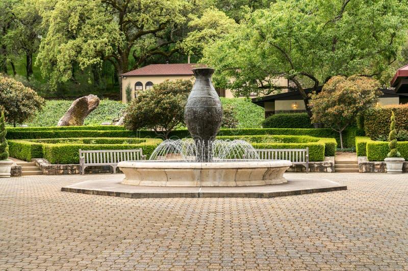 Borggårdspringbrunn på en Napa Valley vinodling arkivbild