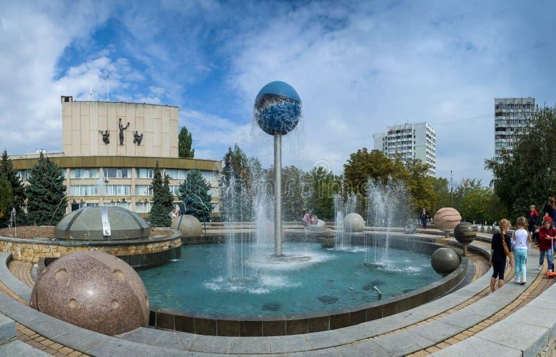 Springbrunnen ståtar av planeter i den Yuzhny staden, Ukraina arkivbild