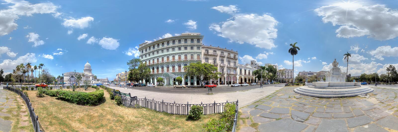 SpringbrunnFuente de la Indien, Saratoga hotell och Capitolio i Havana royaltyfri fotografi
