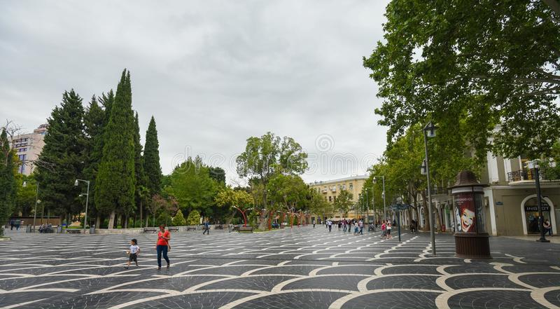 Springbrunnfyrkant i den Baku staden arkivfoton