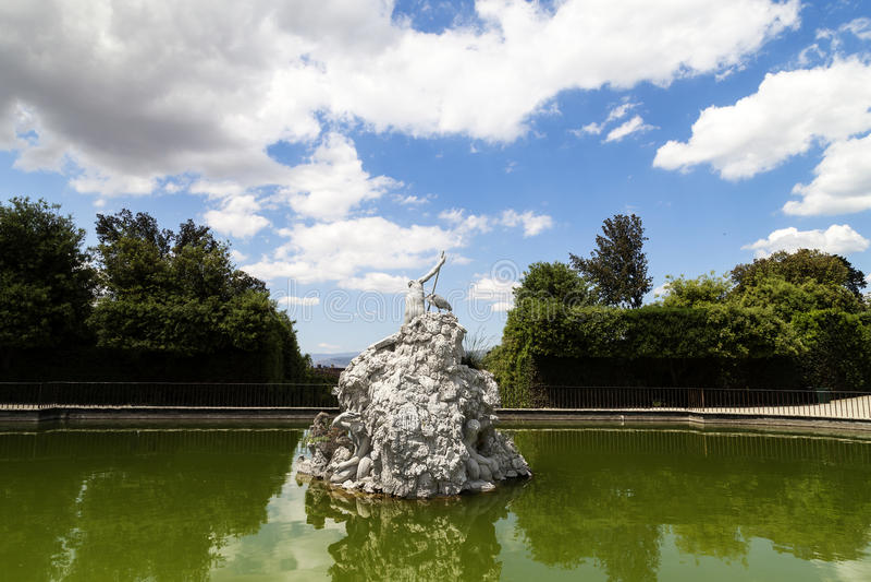 SpringbrunnNeptun i Boboli trädgårdar i Florence arkivbild