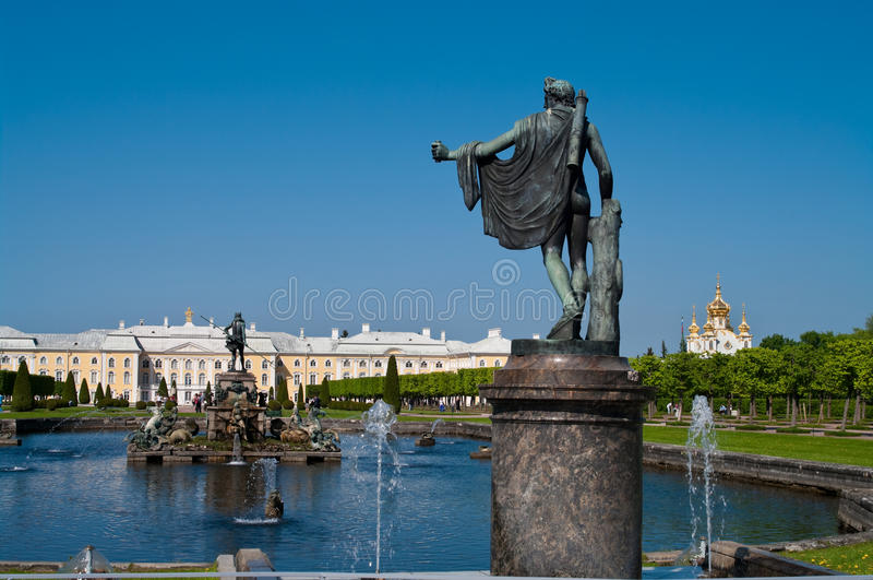 springbrunnpeterhof russia royaltyfri foto