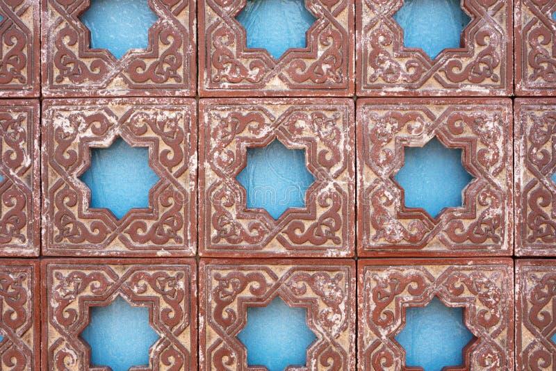 Springbrunnvägg med en morisk design royaltyfria bilder
