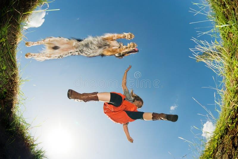Springen über einen Nebenfluss stockfotografie