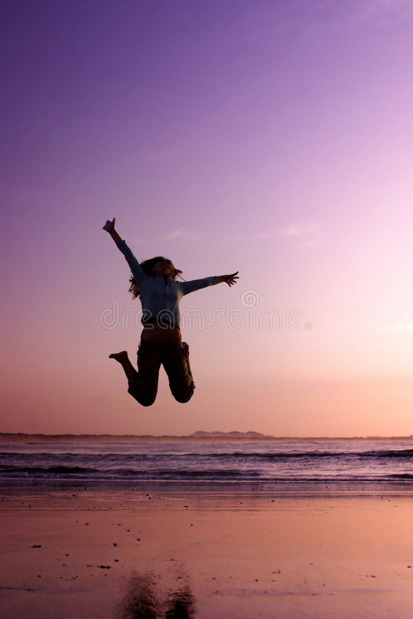 Springen auf den Strand stockfoto