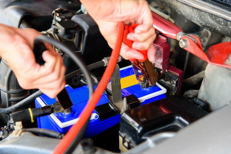 Springen der Autobatterie lizenzfreie stockfotografie