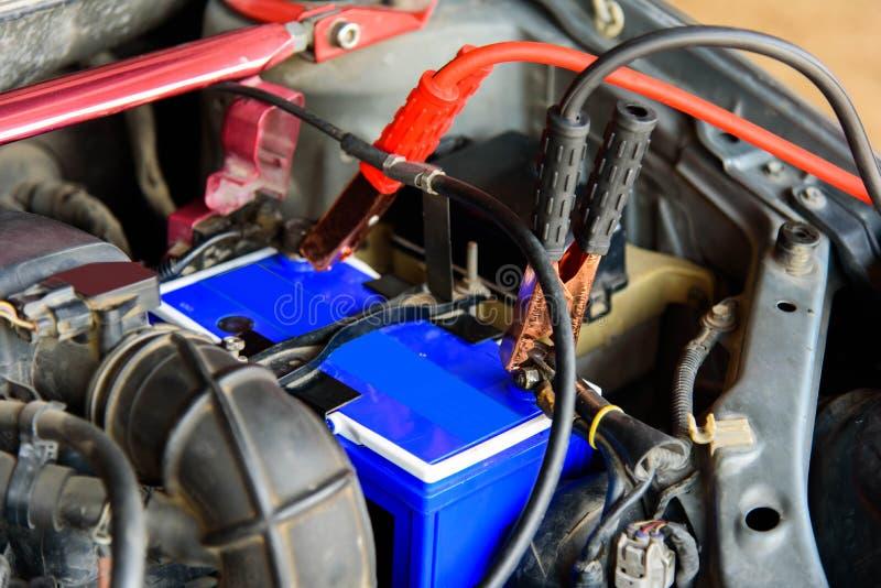 Springen der Autobatterie des alten Autos stockfotografie