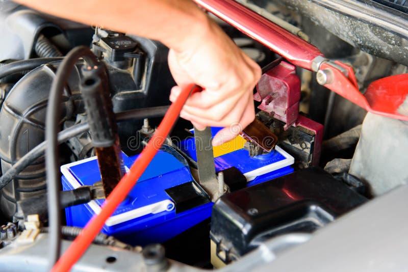 Springen der Autobatterie des alten Autos stockfoto