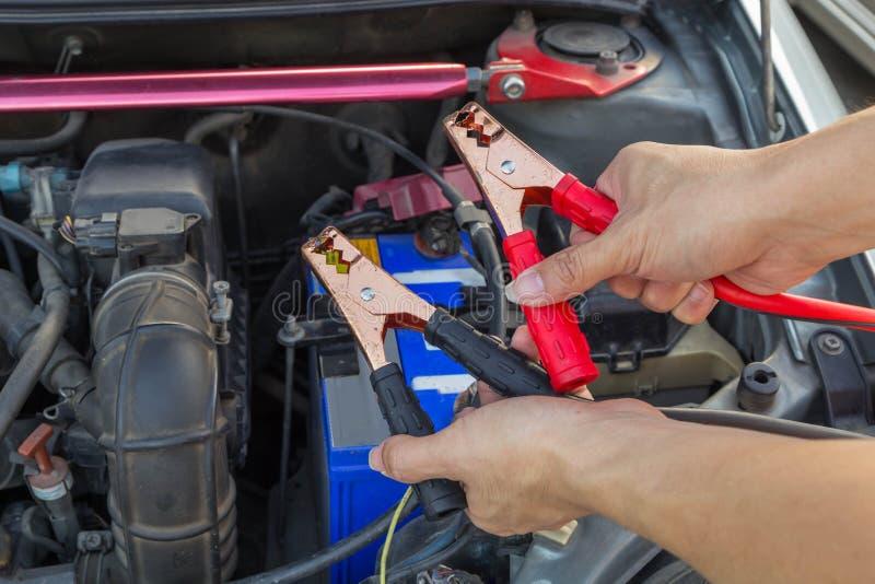 Springen der Autobatterie für die Aufladung stockbild