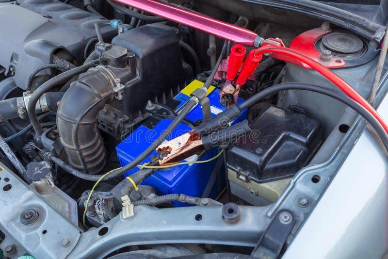 Springen der Autobatterie für die Aufladung stockfoto