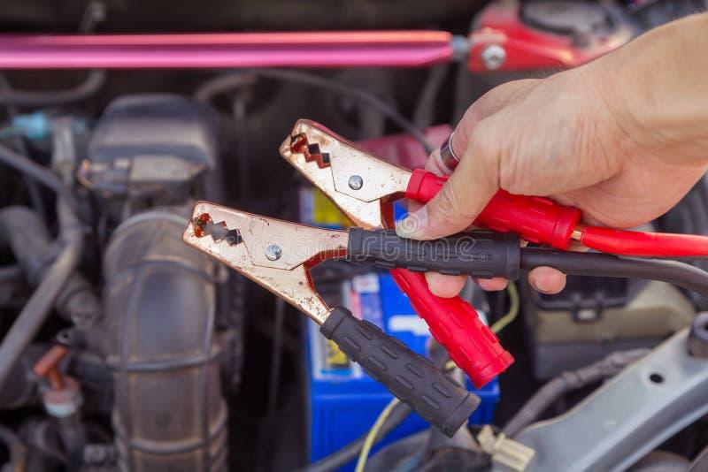 Springen der Batterie für die Aufladung stockbilder