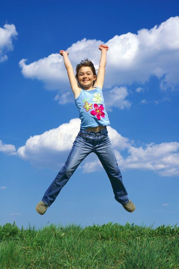 Springen des jungen Mädchens lizenzfreie stockfotografie