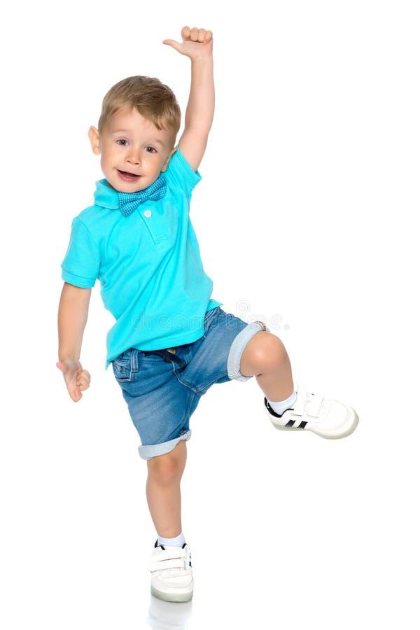Springen des kleinen Jungen stockfoto