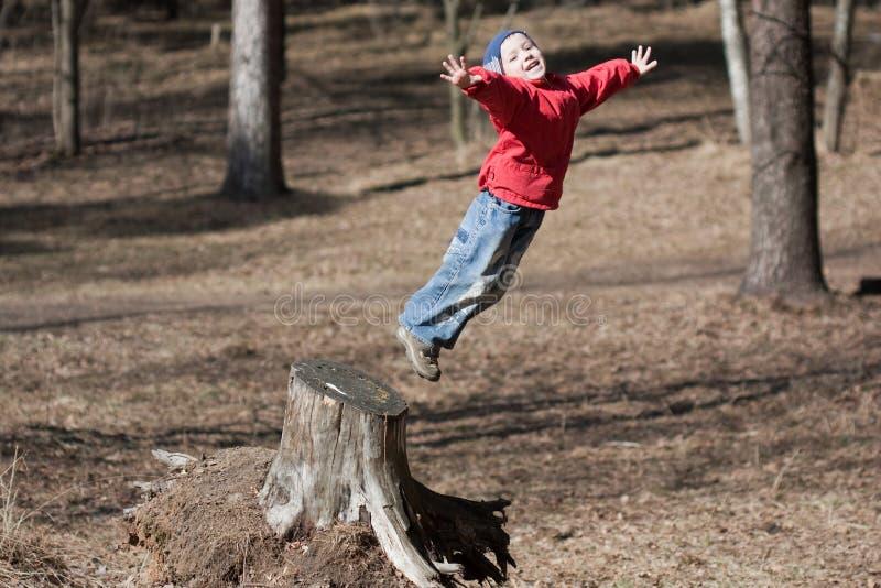 Springen des kleinen Kindes stockbilder