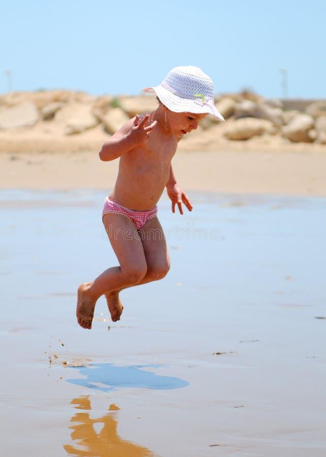 Springen des kleinen Mädchens lizenzfreies stockbild