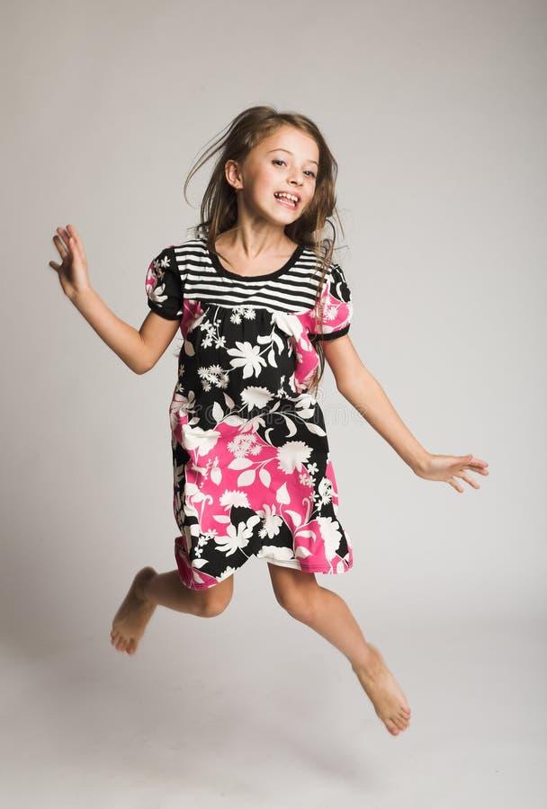 Springen des kleinen Mädchens der Freude stockfoto