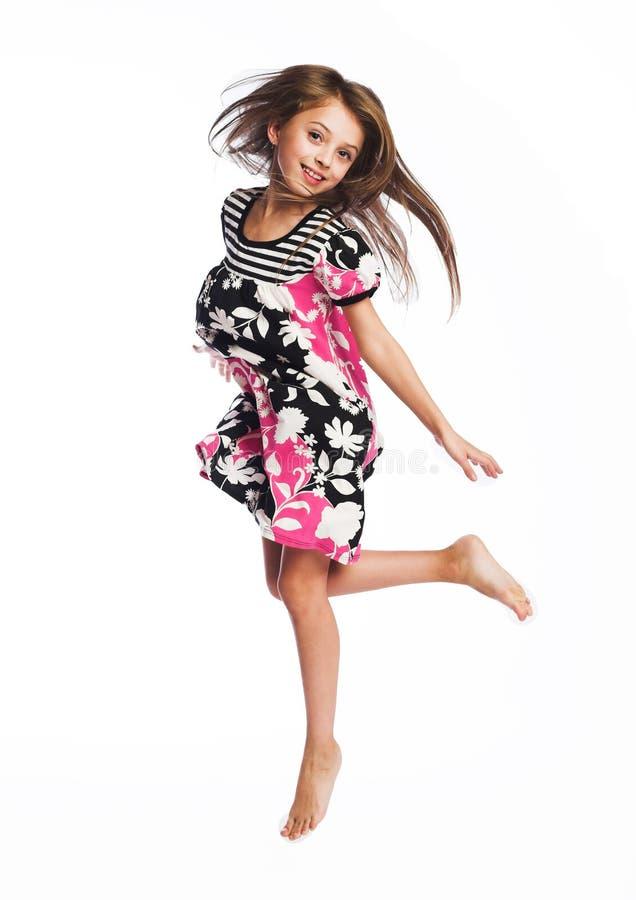 Springen des kleinen Mädchens der Freude lizenzfreies stockfoto