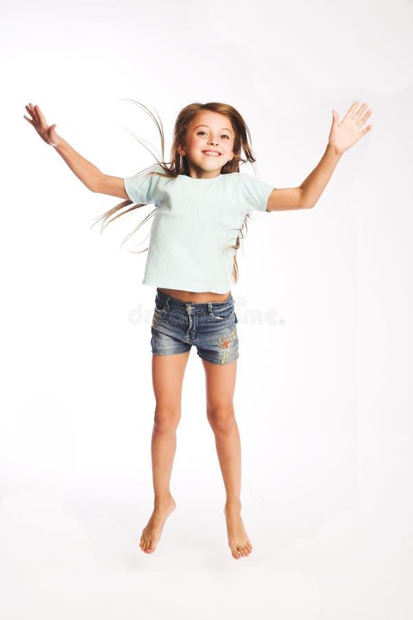 Springen des kleinen Mädchens der Freude lizenzfreies stockbild