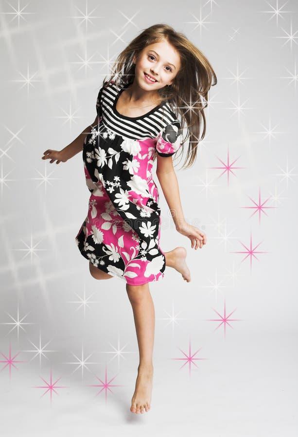 Springen des kleinen Mädchens der Freude stockfotografie