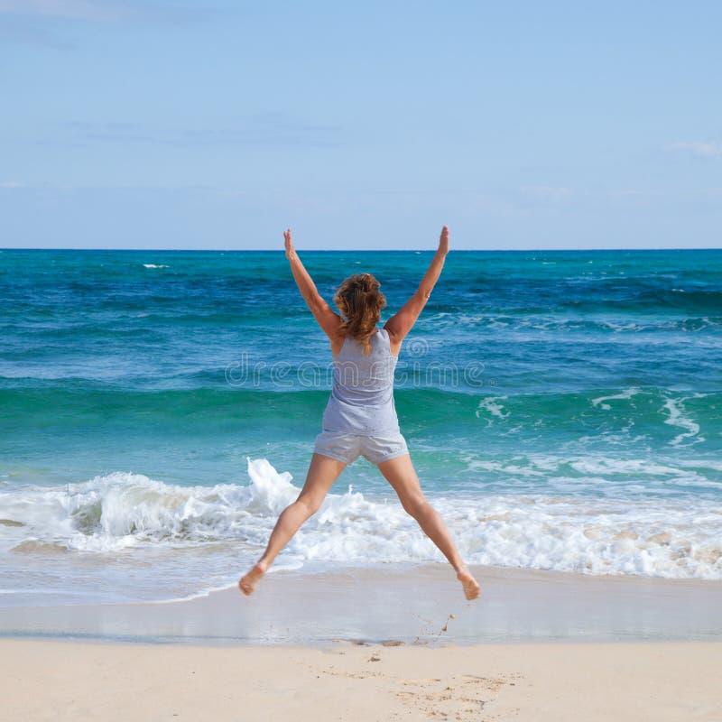 Springen durch einen Ozean lizenzfreie stockfotografie