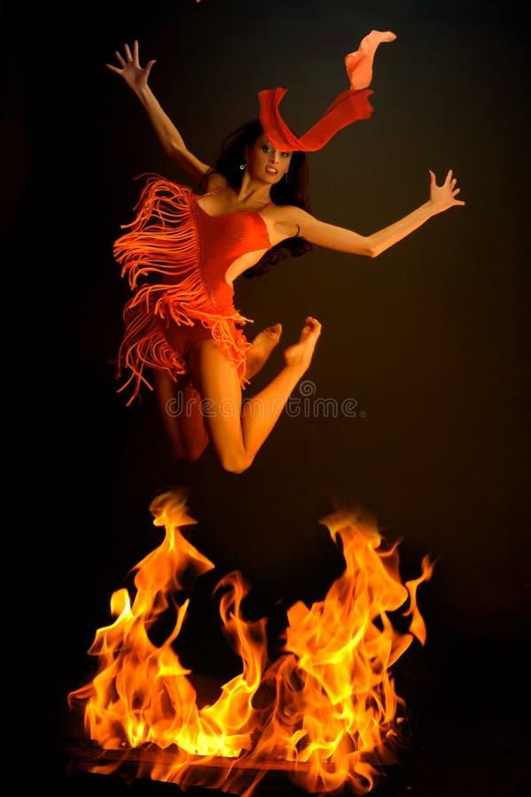 Springen durch Feuer stockfotografie