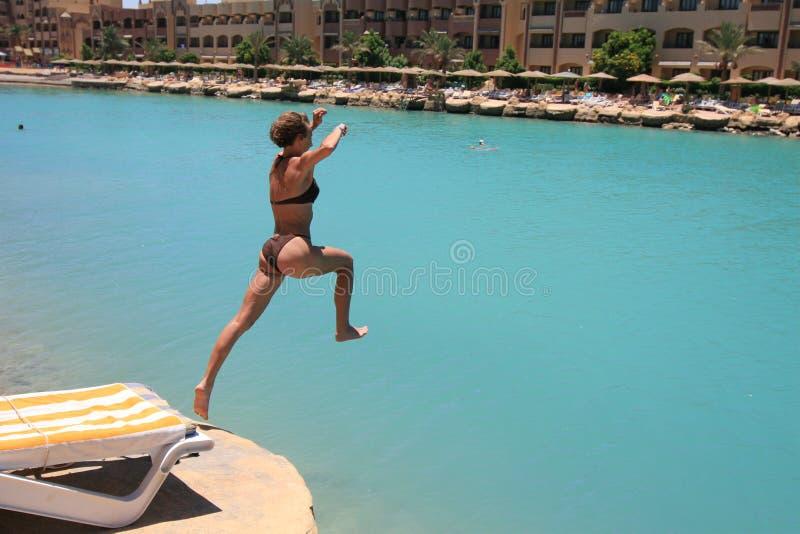 Springen in eine Lagune in Ägypten stockbild