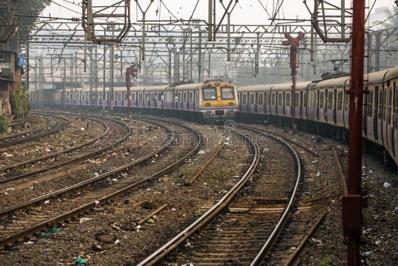 Springen för lokalt drev på en av de många järnvägarna i Mumbai Bombay, Indien royaltyfria bilder
