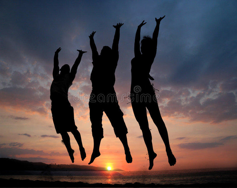 Springen mit drei Leuten stockbild
