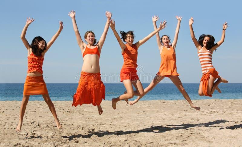 Springen mit fünf Mädchen lizenzfreies stockbild