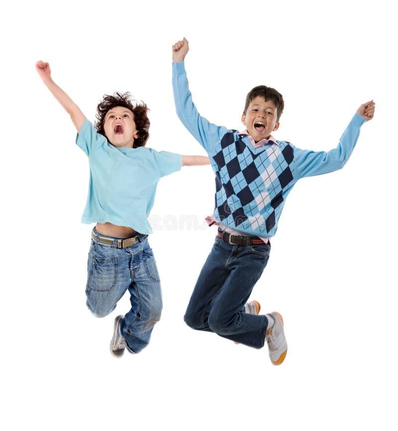 Springen mit zwei glückliches Kindern stockfoto