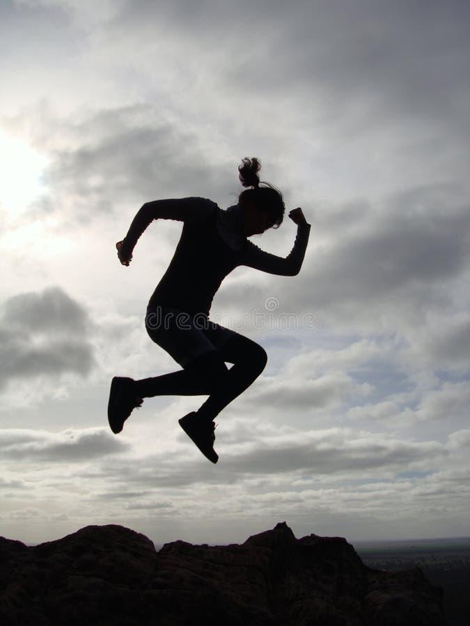 Springen nahe der Klippe stockbild