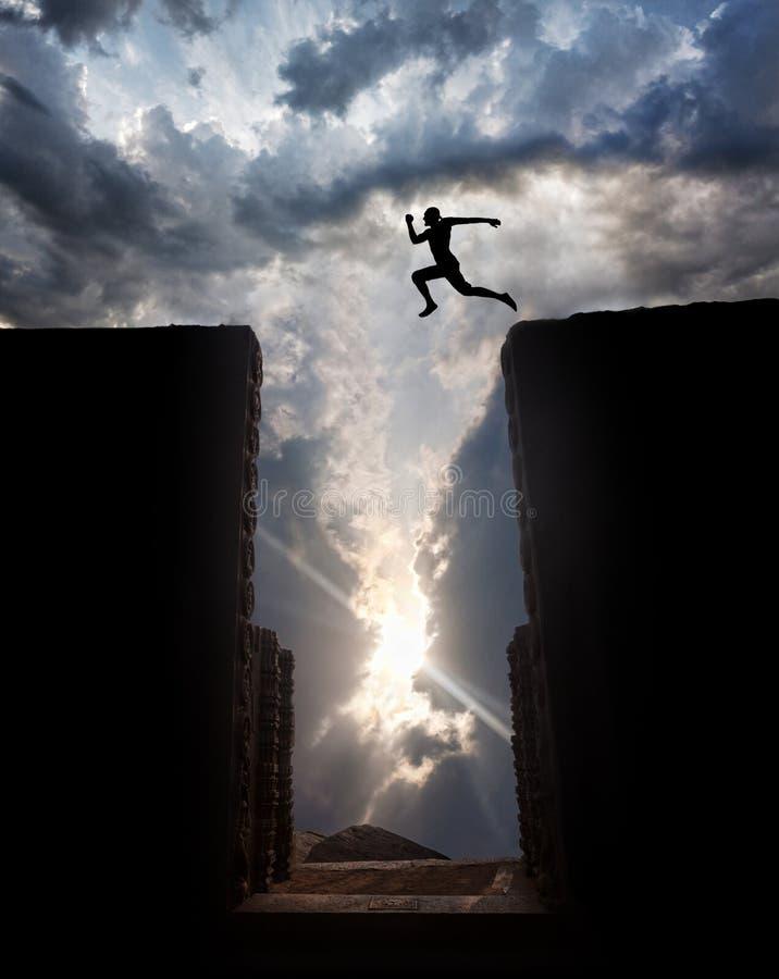 Springen Sie über den Abgrund lizenzfreies stockfoto