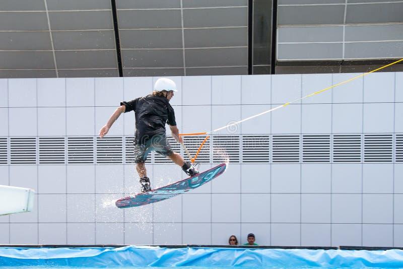 Springen Sie auf dem Waterboarding lizenzfreie stockfotos