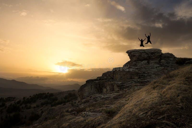 Springen Sie auf den Felsen stockbild