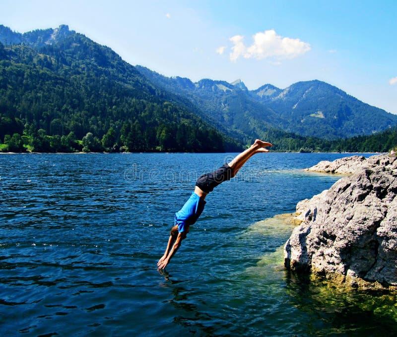 Springen Sie in das Wasser lizenzfreie stockbilder