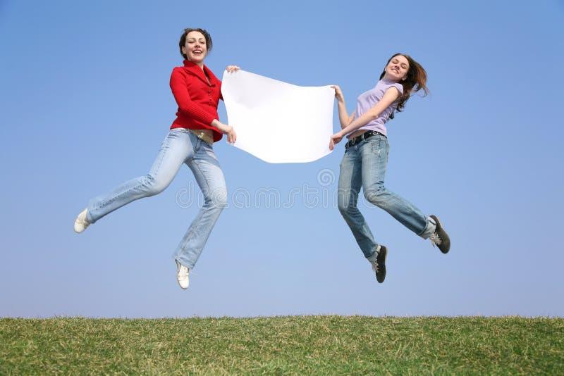 Springen Sie Mädchen mit Papier lizenzfreie stockfotografie
