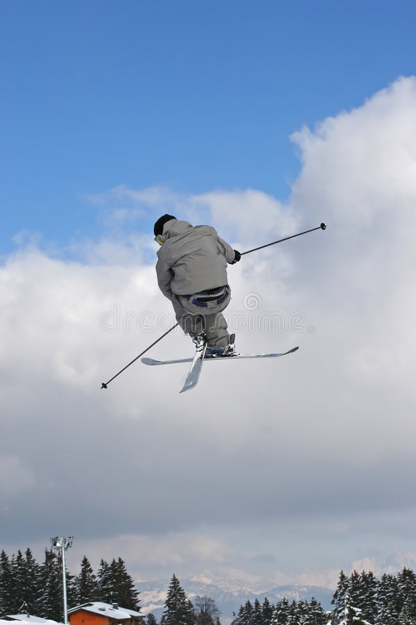 Springen Sie mit Ski stockbild