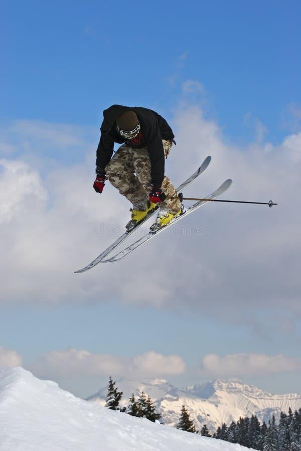 Springen Sie mit Ski lizenzfreies stockbild